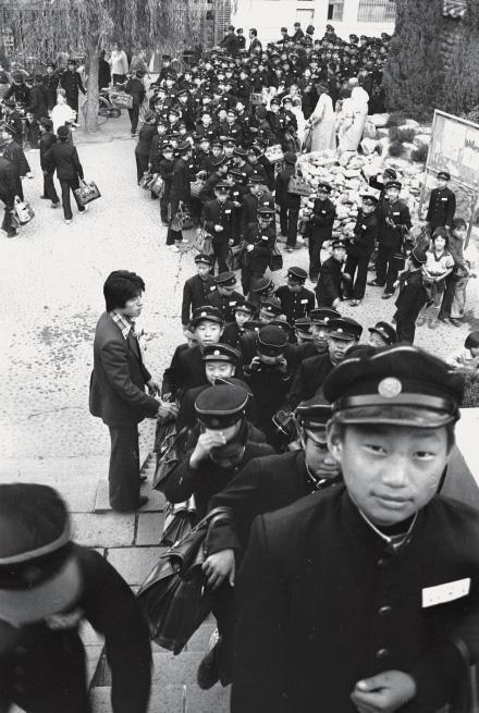 Students, Daegu - 박정희 전 대통령 조문 행렬. 시킨다고 슬퍼하기엔 너무 어렸다 (대구 달성공원) 1970년대 중고등학생들의 생활
