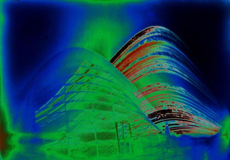 Solargraph (zonnebaanfoto) bewerkt (solarisatie). Archiefcafé, tuin, abdijtoren Lange Jan, achterzijde huizen Bogardstraat. Middelburg, 21 juni - 21 december 2012. Pinholecamera: lang hoog blikje. Positie: binnenkant reling tuinterras archiefcafé/hoek Van de Perrehuis.  http://zeeuwsarchief.blogspot.nl/2012/12/solargraphs-zeeuws-archief-21-12-2012.html