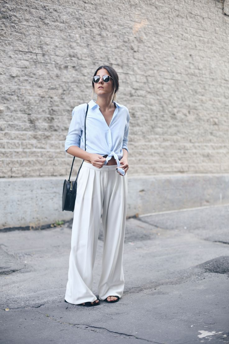 Easy wide legged white trousers look chic. Good idea to knot the top as they could swamp a petit figure...