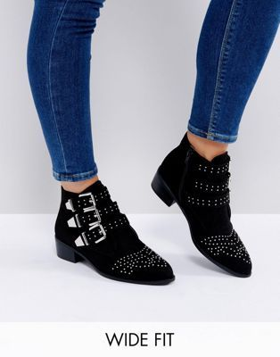 Botas planas con hebillas y tachuelas de New Look Wide Fit