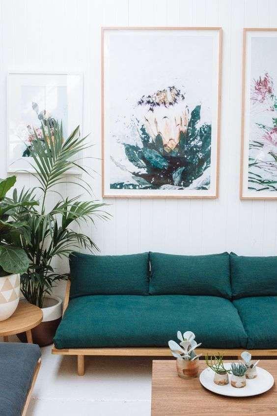 Divano in stile nordico - Divano con cuscini verde petrolio per un soggiorno di carattere.