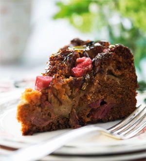 Rabarberkage er altid et hit. Her er en nem version, hvor rabarberstykkerne bare fordeles ovenpå en rørt kagedej.