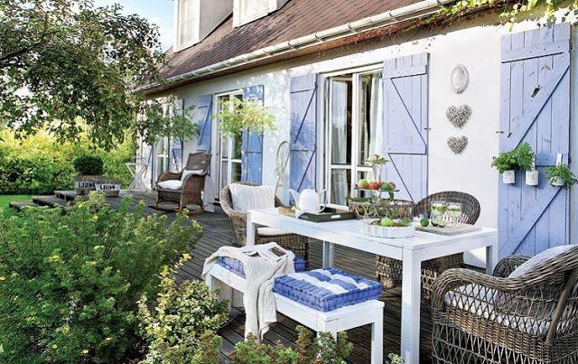 Fehér otthon a kék spaletták mögött