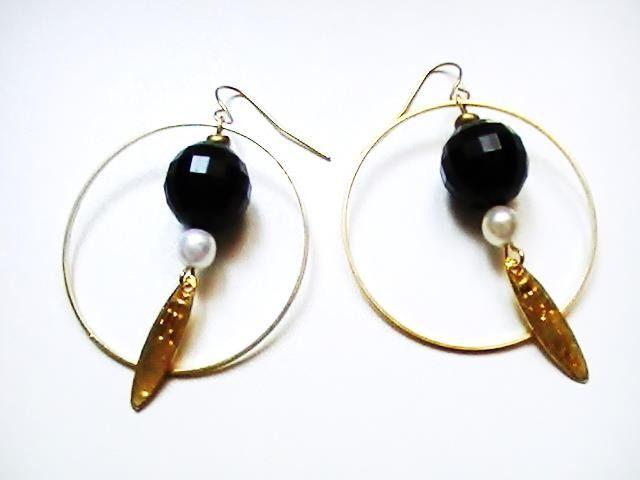 Boucles d'oreilles créoles dorées avec une boule à facette : Boucles d'oreille par bijoux-fait-main-handmade