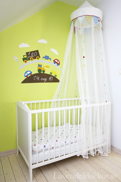 Leos barnrum med målning från mor.