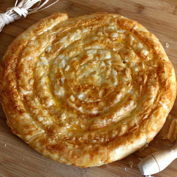 La banitsa est une spécialité bulgare à base de pâte filo, fromage et yaourt qui est traditionnellement consommée au petit déjeuner.