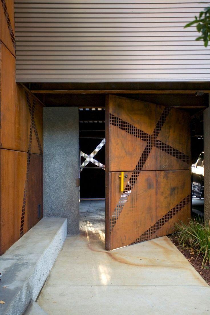 Porta pivotante de aço corten, muito usada em projetos atualmente.  Fotografia: http://www.decorfacil.com/portas-pivotantes/