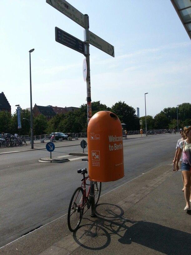 Riesen-Müllbehälter vor dem Ostbhf.