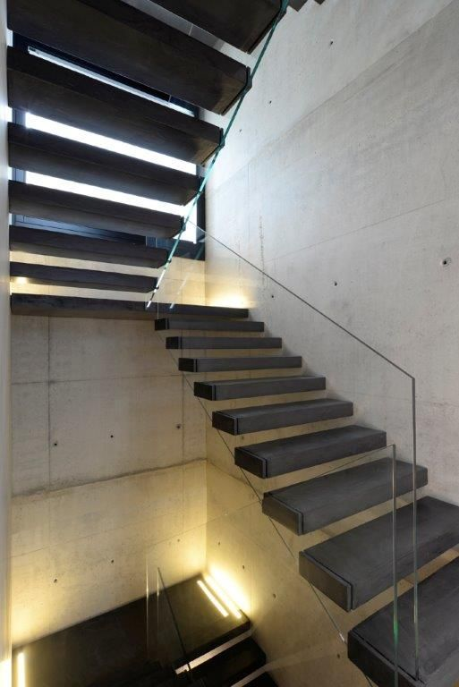 Iron steps are firmly inserted in a wall board, so as to prop up with a light, harmonious embossed effect. The banister, consisting of a single 50kg/m² glass panel, was stuck to the outer side of the steps without touching the floors, so as to weigh evenly on the #stair flight. #interbau #design #madeinItaly #customized