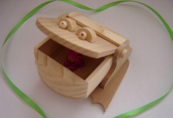Boîte en bois Grenouille.  Boîte en bois fait à la main avec du bois non verni.  Vous pouvez le peindre avec votre enfant en différentes couleurs (nous vous recommandons une peintures à base d'eau) et font de cette boîte tout de même que vous avez toujours rêvé. Cette boîte sera plus intéressant pour un enfant. Boîte en bois est sans danger pour l'enfant. Il est difficile de cassé il parce qu'il est très résistant. Non toxique et non écaillée ou à l'écaillage. Cette boîte en bouleau qui a…