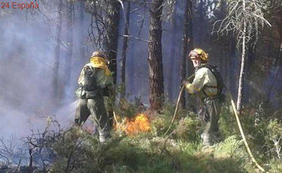 Los bomberos estabilizan el incendio forestal de Enguera