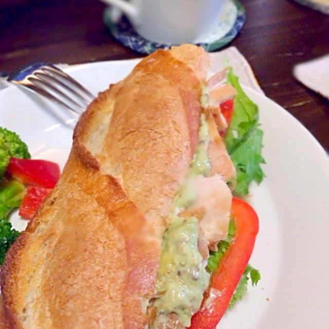 昨日のローストチキンでサンドイッチを作りました(≧∇≦) 胸肉がしっとり仕上がっていて美味しい〜。ローストチキンって後も楽しめるからいいよね。  サンドイッチのソースは昨日のサラダのアボカドディップ。 - 63件のもぐもぐ - ローストチキンサンド by morimi32