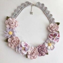 オフホワイトの白薔薇をたっぷりと飾ったネックレスです。ネックレス部分はブラウンでクラシカルな色合いで仕上げました。長さ:約49cm+アジャスター6cm