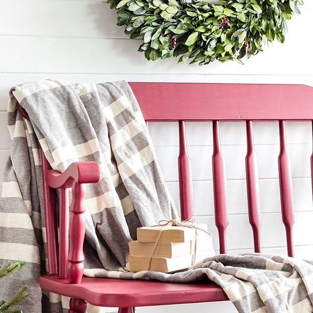 Julkänsla! Den här färgen, Fusion Mineral Paint 'Cranberry' 😍, absolut en färg för jul. #fusionmineralpaint #paintitbeautiful #inredning #jul #juldekoration #julpynt #inredningsinspo #inredningsinspiration #inredningsdetaljer #inredningsdesign #lantlig #lantligt #målamöbler #målademöbler #dalamuses #ludvika