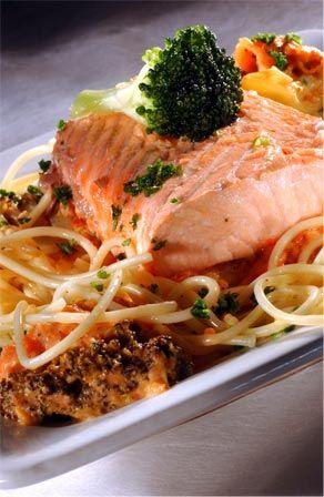Recepten - Atlantische zalm met pasta en ragout van broccoli en tomaat