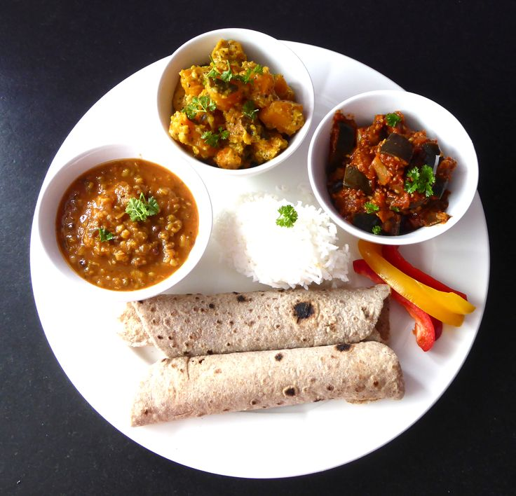 Mahlzeit am Donnerstag: (von links) Mung, Kürbis-Kokosnuss Curry (Rezept bald auf www.karai.de), Auberginen, Reis und Roti! Lecker.