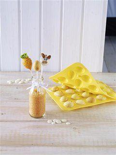 """CakePopbaker Ei von Birkmann! Die perfekte Dekoration und gleichzeitig auch Köstlichkeit für den Osterbrunch. Mit dieser praktischen Silikon-Form können 20 """"Eier"""" gleichzeitig gebacken werden. Anschließend Dekorieren und Verzieren nach Lust und Laune. Die Oster-Deko kann dann wunderbar auf dem Tisch drapiert werden - zum Beispiel mit der Birkmann Präsentbox für CupCakes."""