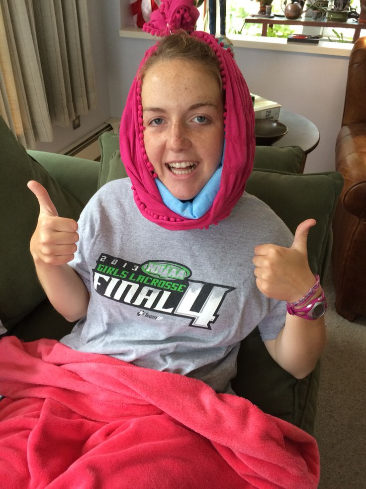 "#Wisdomteeth life hack: use an infinity scarf to hold ice packs ( or frozen peas) for the first 24 hours after wisdom teeth come out. Extra style points for adjusting the fit by making a ""top bun"" with the scarf and a hair tie!"