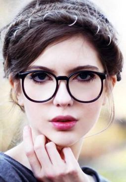 Cílios bem definidos com óculos de estilo geek fica muito fofo (menção honrosa para a franja trançada na franja, super estilosa)