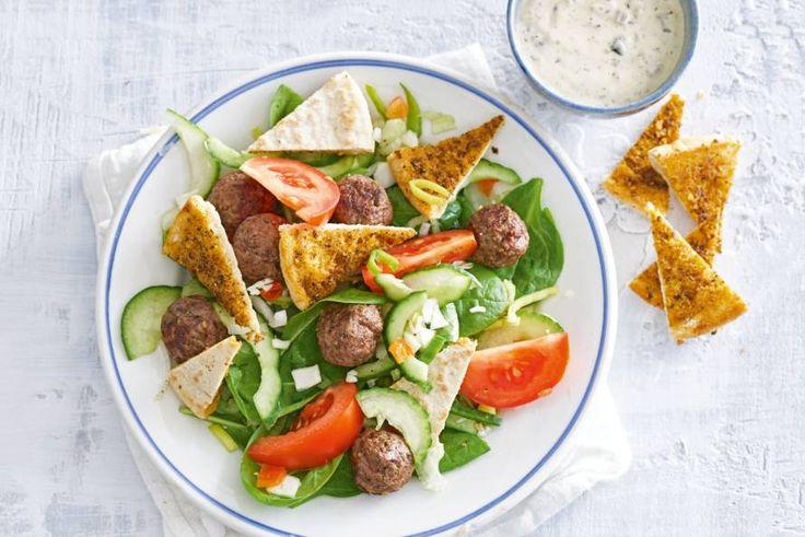 Deze salade met gehaktballetjes en pitabroodjes is allesbehalve saai.- Recept - Allerhande