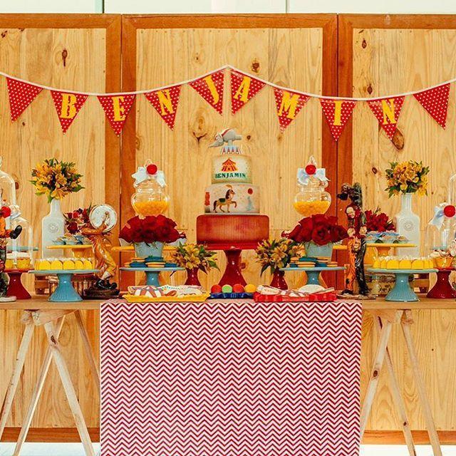 Estou muito feliz com o resultado dessa produção: festa de 1 aninho com o tema circo que aconteceu sábado. Nessa foto tem bolo pintado à mão @caroltavoracake e macarrons de todas as cores @cozinha_doce Doces @demaeprafilha Cookies @andreazakarewicz Fotos @hellobabyfotografia  #circo #festacirco #circus #comemoraçõesExclusivas #nathaliavieiradecor #decoracaoexclusiva  #festaexclusiva #festainfantil #festainfantildf #festainfantilembrasilia #festaconceito #festapersonalizada…