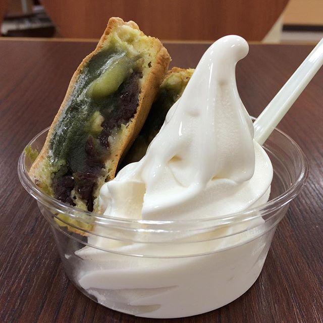 イトーヨーカドーのフードコート「ポッポ」でソフトクリームに抹茶白玉あずきの薄皮黄金焼を乗せたの、250円。 このボリュームと糖質量で250円だから、お腹空いてる人にはベストですね