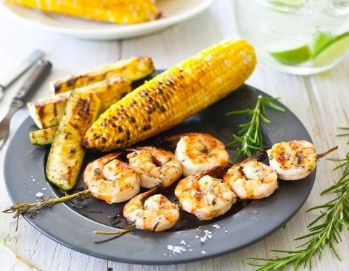 Жареные креветки c розмарином, цукини и кукурузой
