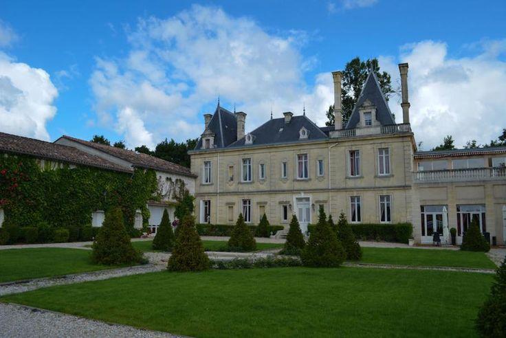 Gironde, Château Meyre, hôtel Le Clos de Meyre, un château du 18ème siècle entouré de 17 hectares de vignes. Vous apprécierez la décoration raffinée et unique de chaque chambre et son magnifique cadre champêtre. Luxe et calme absolus !