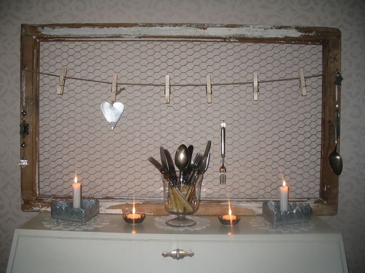 Vanha ikkunanpoka tuunattu kanaverkon, pyykkipoikien ja sisalnarun avulla.