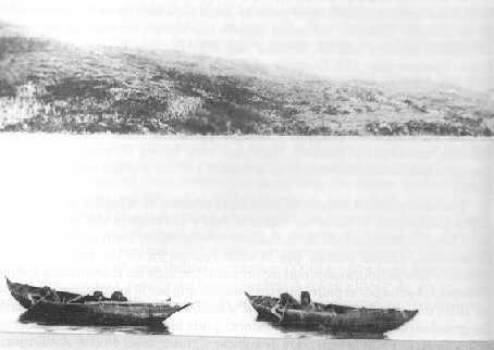 familia Yagan en dos canoas. Chile. (Expedición Científica Francesa, 1882)