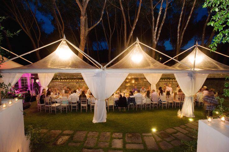 Tensostrutture a copertura di tavolo imperiale con tetti in pvc trasparenti Crystal, tende di lino e lampadari Deluxe