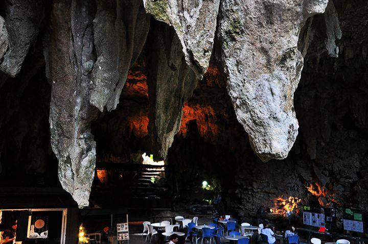 ぽっかり口を開けた鍾乳洞の洞窟にカフェ!?沖縄県南城市に数十万年前の鍾乳洞が崩れ落ちで出来たという「ガンガラーの谷」があります。その入り口に鍾乳洞をCAFEとして公開している「CAVECAFE」があります。CAFE内に足を踏み入れた瞬間、ひ
