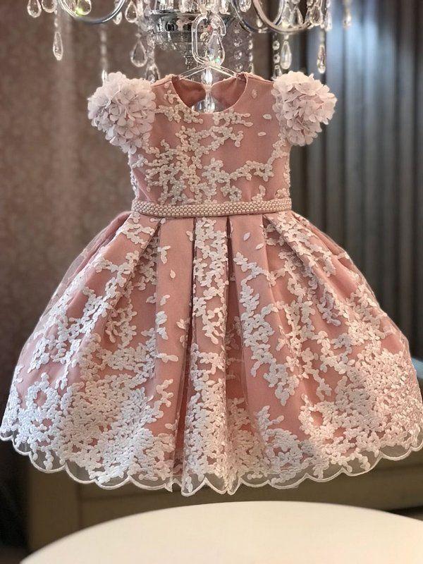 35ff4a161 Vestido em renda branca  Busto bordado em pérola e cristal  Mangas com  aplicação de flores brancas com pérolas  Forro rosa seco  Cinto bordado em  pérola  ...