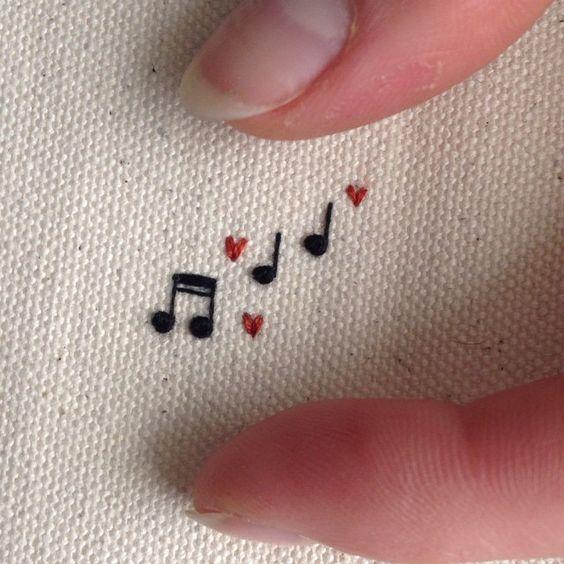 50 einfache DIY Stickerei Shirt Designs, die Sie mit der Hand tun können