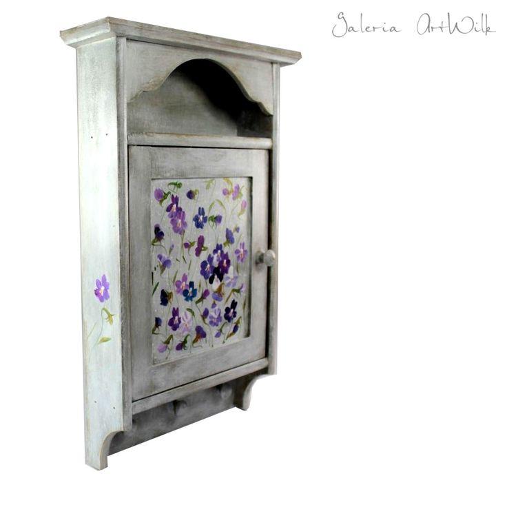 Szafka na klucze Drewniana, ręcznie malowana skrzynka. Dla uzyskania głębokiego koloru, wielokrotnie bejcowana, lakierowana. Wymiary skrzynki: wysokość.36cm, szerokość.22,