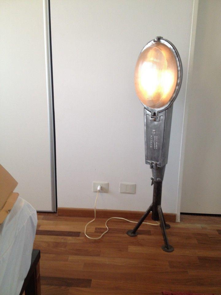 Base tripode de hierro. Acabado: Hidrolaqueado Luminaria en aluminio fundido original 90's. Acabado: Pulido Lámpara bajo consumo blanca halógena. Interruptor + dimmer.  Altura total: 1,30 mts.