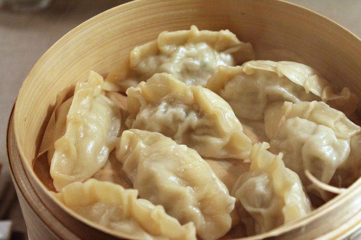 Opskrift på lækre kinesisk dumplings eller jiaozi - her lavet med hjemmelavet dej, svinekød og masser af purløg, krydret med ingefær og hvidløg.