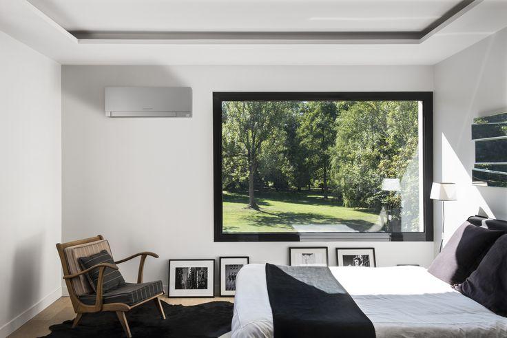 Une chambre parentale raffinée, ouverte sur l'extérieur avec une large baie vitrée et bien climatisée. Vous souhaitez aussi installer un climatiseur dans votre maison de vacances ou résidence principale, téléchargez notre guide en partenariat avec Mitsubishi Electric : Comment bien choisir son climatiseur ?