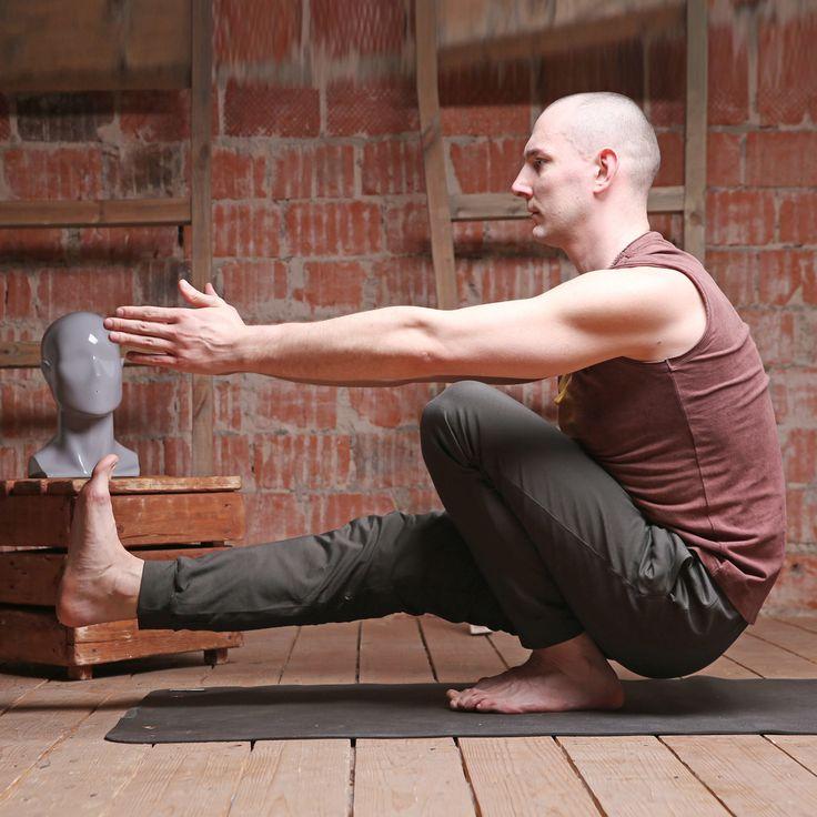 """Йога только для женщин? Ерунда! Брутальным мужчинам йога также весьма полезна, причём вне зависимости от степени брутальности. 😎Это подтверждает фото с проекта Кати Крюковской """"Йога вне условностей"""" - @unconditionalyoga  На Валерии - штаны """"Шива"""" (http://www.yogadress.ru/product/shtany-muzhskie-shiva-2) и майка """"Медитация"""" (http://www.yogadress.ru/product/mayka-muzhskaya-meditatsiya).  Напоминаем, что с 24 августа по 8 сентября #шоурум #YogaDress будет закрыт.  Заказы в интернет-магазине…"""
