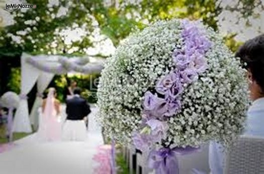 http://www.lemienozze.it/gallerie/foto-fiori-e-allestimenti-matrimonio/img18354.html  Composizione di nebbiolina per la cerimonia all'aperto
