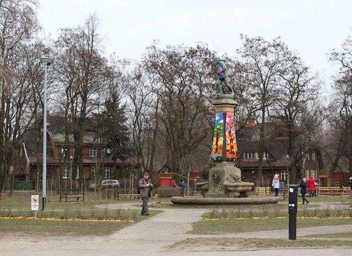 Yarnbombing Polska. Wykonanie: Nieformalna Grupa FANABERIE z Lubonia