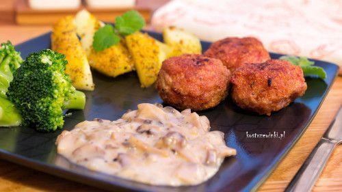 Delikatne kolteciki drobiowe, podane z sosem pieczarkowym, brokułami i aromatycznymi ziemniakami pieczonymi. Wbrew pozorom szybkie i proste danie. Idealny pomysł na niedzielny obiad.