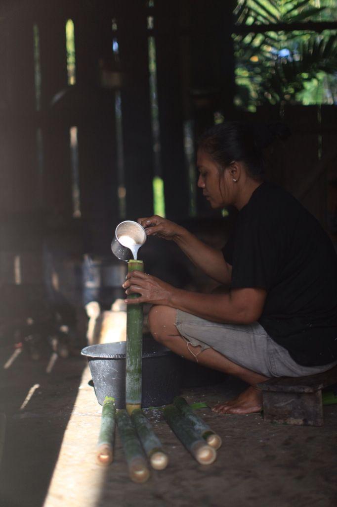 Ibu Johan membuat Nasi Bambu Untuk merayakan Lebaran Idul Fitri di Desa Konda, Kendari, Sulawesi Tenggara, Indonesia