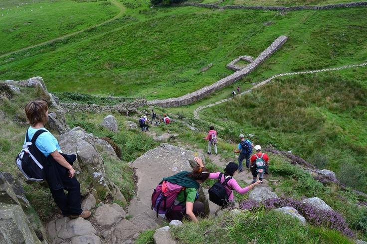 la discesa del Vallo di Adriano nel Parco Nazionale di Northumberland...
