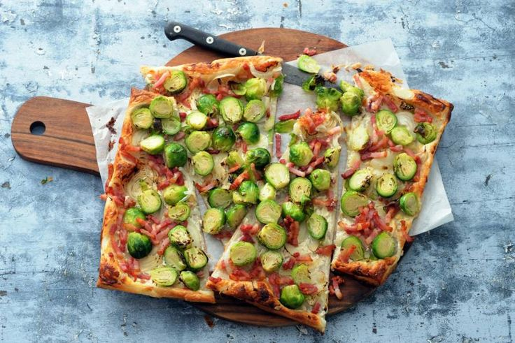 Kijk wat een lekker recept ik heb gevonden op Allerhande! Plaatpizza met spek, ui & spruiten