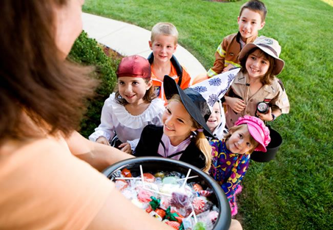 Halloween se acerca y con ello una serie de medidas precautorias que debes tomar en cuenta para que tengas un día de brujas sin percances. Descubre cuáles son. Visita nuestro catálogo de juguetes y disfraces: http://www.linio.com.mx/ninos-y-bebes/jugando-a-ser-grande/