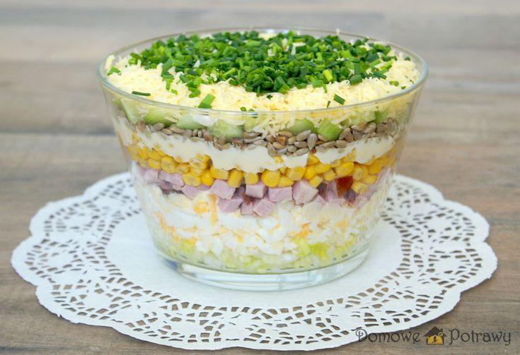 Przepis na sałatkę warstwową. Jak zrobić Sałatka warstwowa Królowa przyjęć i imprez domowych. Sałatka warstwowa świetnie sprawdzi się również na święta. Ładnie prezentuje się w szklanej wysokiej salaterce. Widać wówczas wszystkie jej warstwy (składniki). Do sałatki warstwowej dałam jajka, wędlinę, ser żółty, por, kukurydzę, ogórek szklarniowy (można użyć