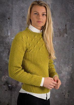 9e8d46f6152 Smuk og elegant damesweater strikket i ribstrik med snoninger i bul. Denne  flotte sweater er strikket i det lækre varme