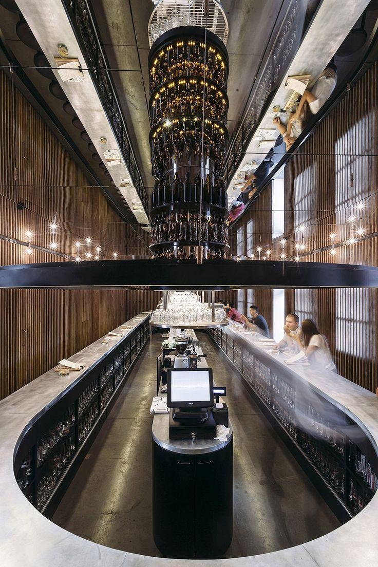 PERŁOWA PIJALNIA PIWA W LUBLINIE | lamele drewniane, drewniana żaluzja, bar, neon, oświetlenie liniowe, sufit lustrzany
