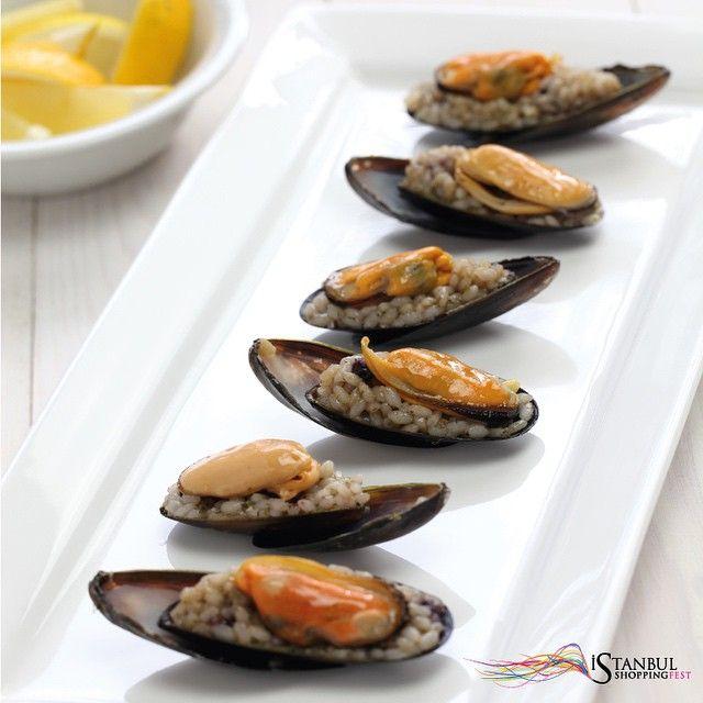 Sunumu nasıl olursa olsun, tadı her daim aynı olan İstanbul lezzetleri... #istsshoppingfest #istanbulukeşfet  The tiny yummy mussels of İstanbul you need try at least once in a lifetime! #discoveristanbul